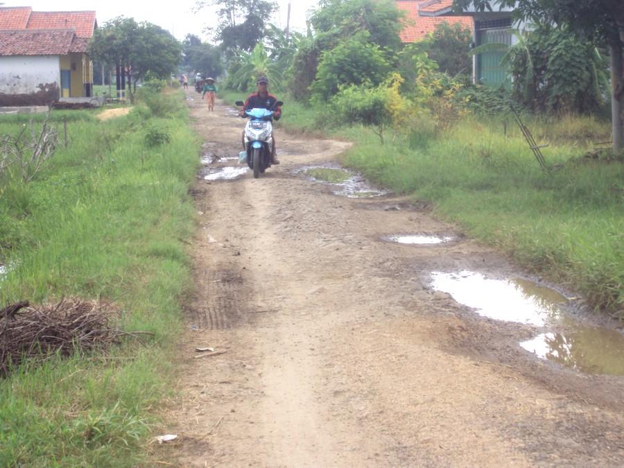 Jalan berlubang dan tergenang air