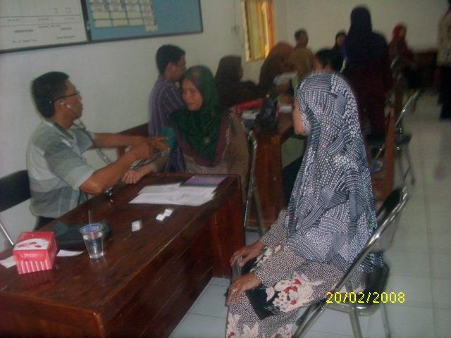 Warga ngantri memeriksakan kesehatannya di pengobatan massal gratis
