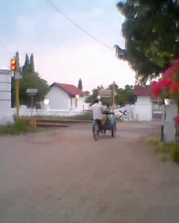 Perlintasan rel Kereta api di depan Taman makam Pahlawan Brebes yang tak berpalang
