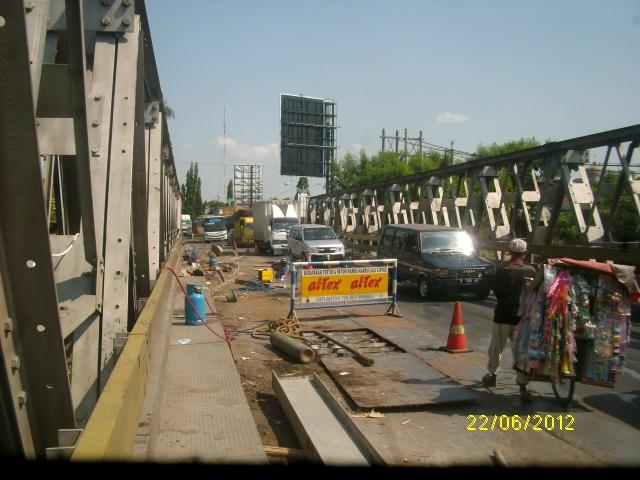 Rutuitas pekerjaan perbaikan jembatan pemali membuat pengguna jalan terganggu
