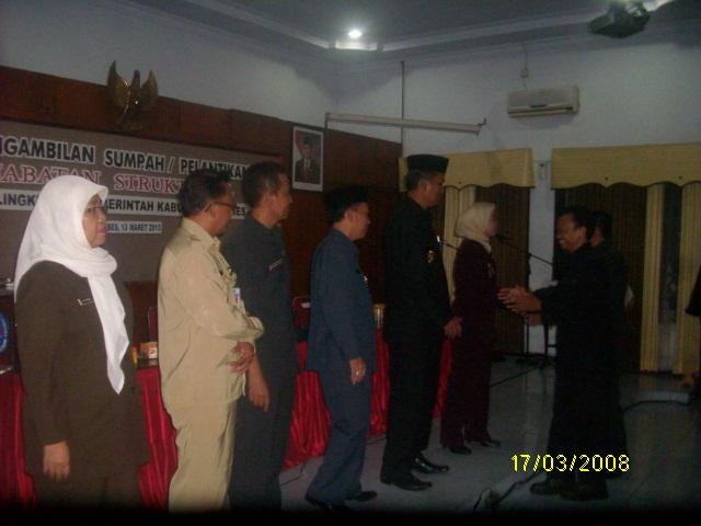 Bupati Brebes Hj. Idza Priyanti SE, dan Wakil Bupati Narjo mengucapkan selamat kepada para pejabat yang telah dilantik