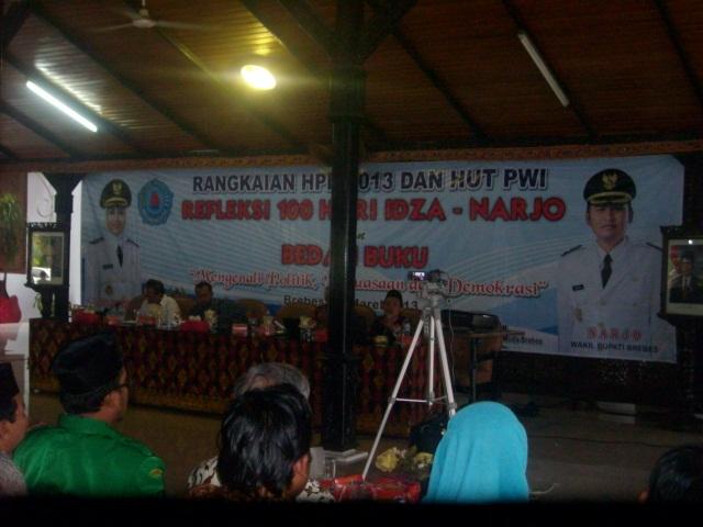 Darwanto mengkritisi kinerja Idza -narjo dalam acara releksi 100 hari kinerja Idza- Narjo di Pendopo Brebes Sabtu (16/03/13).