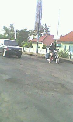 Ruas jalan yang rusak membuat para Pengguna jalan harus hati-hati melewati jalan ini