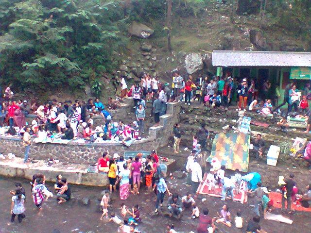 Ribuan Wisatawan baik lokal maupun luar daerah nampak berjubal padati obyek wisata Guci