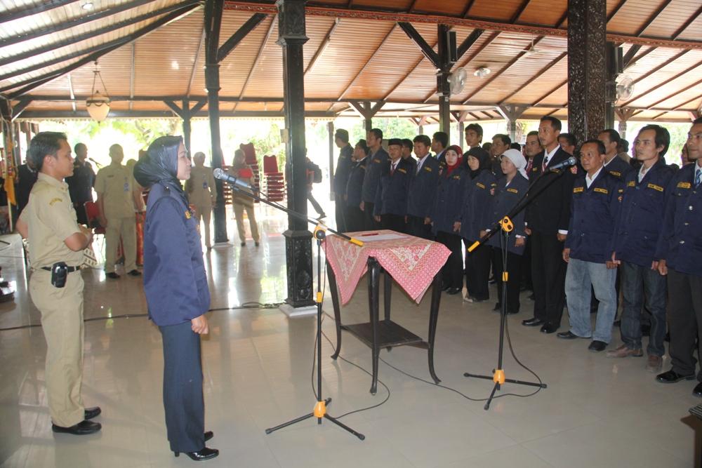 Bupati Brebes saat melantik Kepengurusan Karang taruna Kab. Brebes untuk masa bakti 2013-2018 di Pendopo Bupati (16/09/2013).