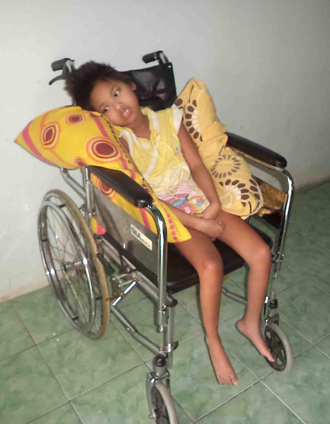 Zahra anak pasangan Mundhiroh (30) dan Anwar (36) warga Dukuh pagendengan, desa Songgom kidul, Kecamatan Songgom, Kabupaten Brebes yang tergolek lemah di kursi roda