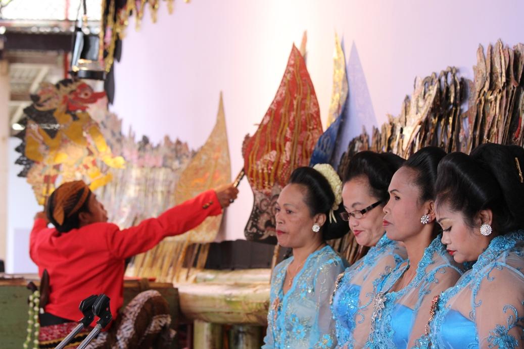Ki Dalang Rakim Hardono Siswo Carito saat melakukan pementasan wayang kulit di halaman RRI Purwokerto