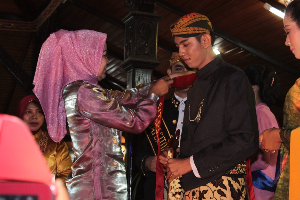 Bupati Brebes menyematkan slendang juara I Sitong kabupaten Brebes