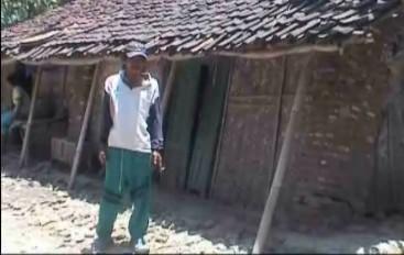 Rumah yang nyaris ambruk ini ditiggali 4 kepala keluarga termasuk Dalim