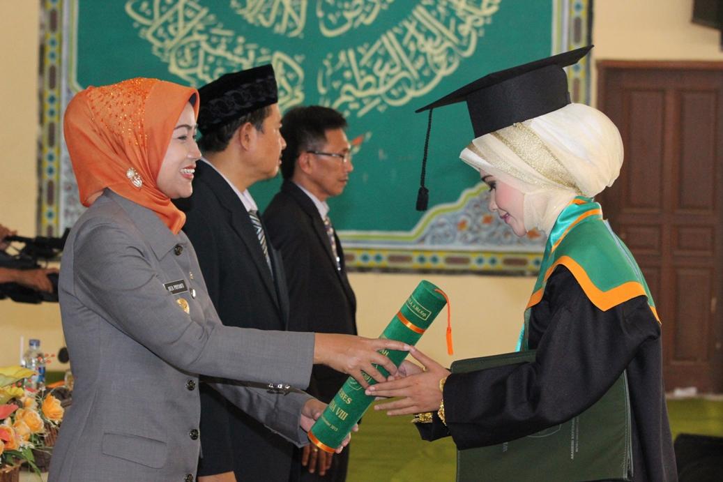 Bupati Bebes Idza Priyanti memberikan hadiah penghargaan kepada wisudawati Akper Alhikmah 2 Benda yang berprestasi
