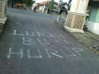 Nampak salahsatu  tulisan berupa hujatan terhadap Kades Banjaranyar H. kadim Eppendi yang tertulis di jalan desa.