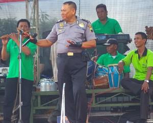 AIPTU Kaerani Umar, saat bernyanyi di acara hajatan Kades wlahar  Rodik