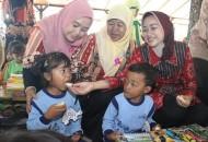 Bupati Brebes Hj. Idza Priyanti,SE menyuapi seorang anak  disela-seal HUT IGTKI ke-64 (22/5)