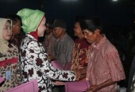 Pembagian dana Transporta RT oleh Bupati Brebes Hj. Idza Priyanti,SE