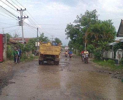 Sebagian besar kondisi jalan di Brebes keadaanya sama seperti diatas
