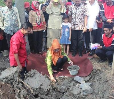 Peletakan Batu Pertama Pebangunan SMK Larenda Kluwut Oleh Bupati Brebes  Hj. Idza Priyanti,SE