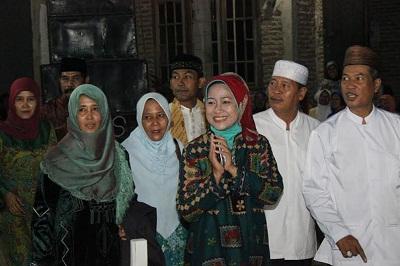 Buapti Brebes Hj. Idza Priyanti,SE. bserta rombongan saat menghadiri pengajian rutin Majelis Alhusain.