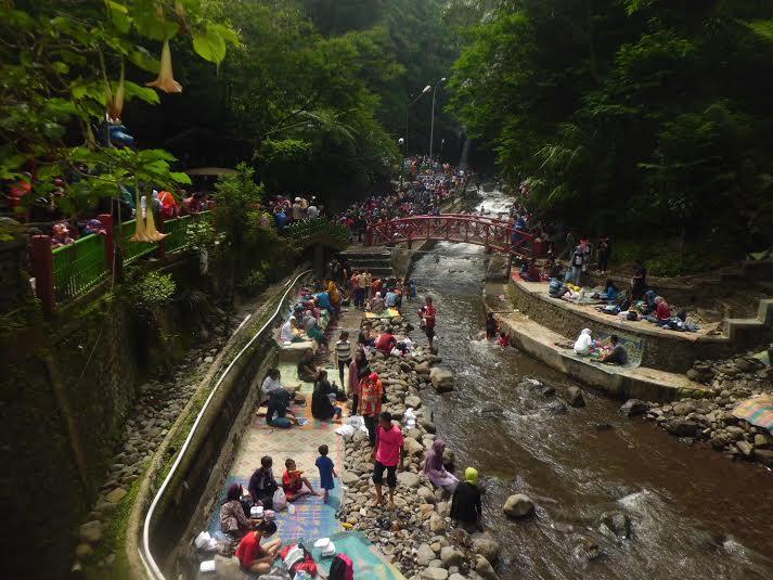 Pengunjung membanjiri Obyek Wisata Pemandian Air Panas Guci di saat musim libur