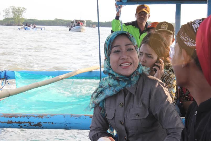Bupati Brebes menyusuri wisata Hutan mangrove kaliwlingi