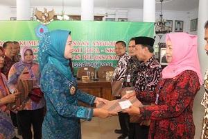 Bupati Brebes Hj Idza Priyanti SE dalam acara penyerahan Dokumen Pelaksanaan Anggaran (DPA) Satuan kerja Perangkat Daerah (SKPD) tahun anggaran 2016 dan penandatanganan pakta integritas pelaksanaan APBD tahun 2016 di Pendopo Kabupaten, Rabu lalu (30/12/2015).