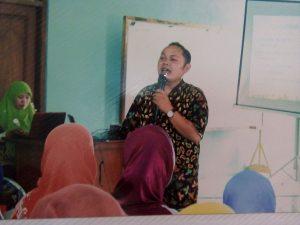 Drs Hasanudin MPd mengajak kepada para guru Raudlatul Athfal (RA) untuk menerapkan pembelajaran yang menyenangkan di gedung NU Jalan Yos Sudarso Brebes, Kamis (29/12/2016 )