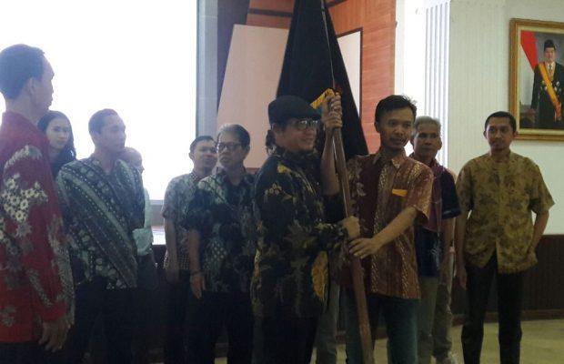 Penyerahan pataka IWO dari Ketua umum IWO Jodi Yudono kepada Ketua IWO prov Jateng Mustholih.