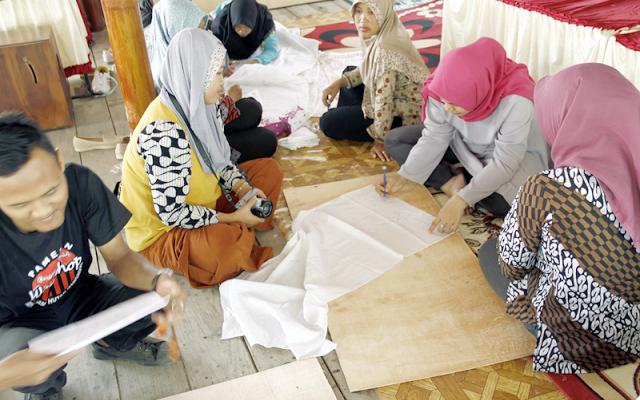 Para Peserta Workshop sedang mempraktekan cara membatik 15/09/2017