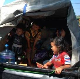 Mobil bak terbuka yang seharusnya untuk angkutan barang tapi di gunakan untuk mengangkut orang mudik