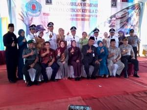 Foto bareng Bupati Brebes seusai pelantikan Calon Kades terpilih