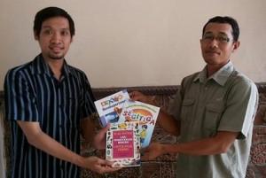 Andi Assegaf mewakili Admin Group Facebook Celoteh Brebes Membangun (CBM) menyerahkan bantuan Buku kepada AHmad Yani selaku Ketua TBM Ibnu Rush