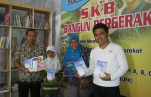 Bahrul Ulum ketua Group Facebook CBM saat mendonasikan buku ke TBM Bangun Bergerak (15/5)