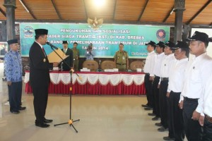 Wakil Bupati Brebes Narjo saat mengambil sumpah kepada 135 anggota Trantib yang dikukuhkan di Pendopo Brebes