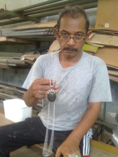 Eko Ananda Tohara,S.Pd sedang menunjukan koleksi batu akiknya jenis Black Jet ( Giok Hitam )