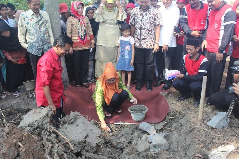 Peletakan Batu Pertama Pebangunan SMK LARENDA Kluwut Oleh Bupati Brebes  Hj. Idza Priyanti,SE .