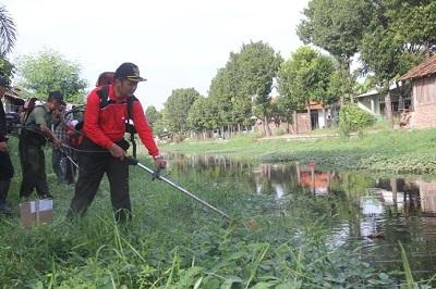 Wakil Bupati Brebes Narjo,SH penuh semnagat bersihkan sungai Si Geleng (6/5/2015)